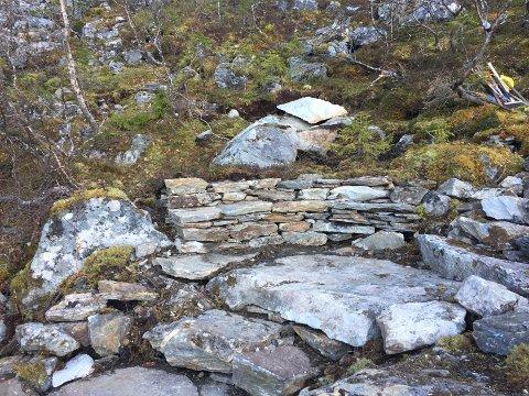 En fin steinbenk er enn invitasjon til å ta en pust i bakken.