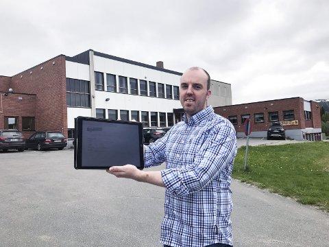 DIGITALT TAKTSKIFTE: Oppvekst- og kultursjef Lars Gunnar Marken setter full fart i prosjektet med å innføre nettbrett som pedagogisk verktøy i undervisningen i grunnskolen i Hattfjelldal. – I oktober kjører vi i gang med et smell, sier han. Foto: Geir Arne Glad