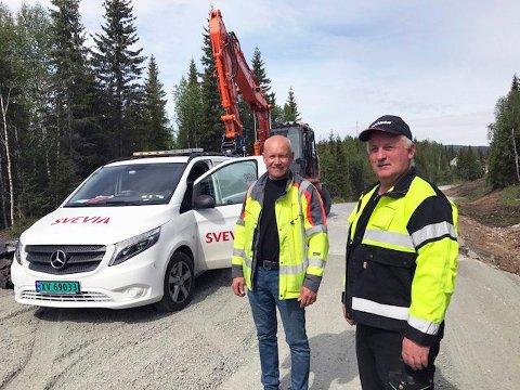 ETTERLENGTET VEDLIKEHOLD: Ivar Tolkmo, prosjektleder for Svevia og maskinfører Rolf Bråten ser fram til å få arbeidet gjort.