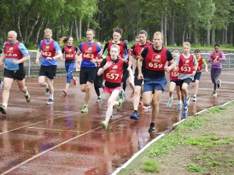 FØRSTE: Det aller første Kippermoen 3k ble arrangert søndag. Her er starten på 3000 m med Tarjei Solli og Amalie Kvandal i tet. Bilder: Bjørn Rønning