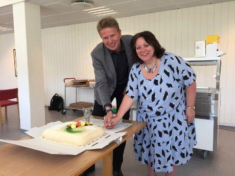 KAKE: Ordførerne Christine Trones og Harald Lie forsyner seg av fiberkaka