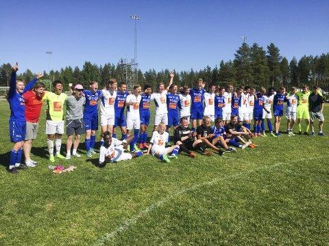 JUBEL TIL SLUTT: Mosjøen IL møtte  Senja i plasseringskamp der MIL vant 3-1. Begge lagene jublet for fair-play etter kampslutt. Foto: Privat