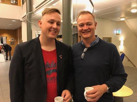 HVEM KAN SMILE TIL SLUTT? Rune Krutå (Ap) og Jørn Clausen (H) skal jobbe som valgfunksjonærer på rådhuset i Mosjøen til langt på natt. Hvem som kan smile bredest når stemmene er telt opp gjenstår å se.