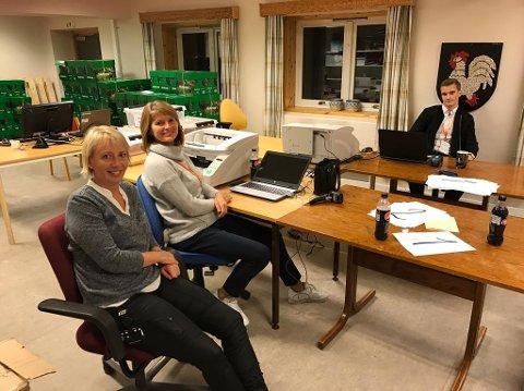 KLAR TIL TELLING: Wenche Friis (t.v.), Bente Solem og Joakim Haugen Finsås sitter klar ved skannerne.
