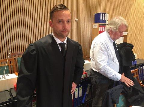 Advokat Arne Johansen er forsvarer for den ene av de tiltalte sønnene i rettssaken som startet i Mosjøen på tirsdag.