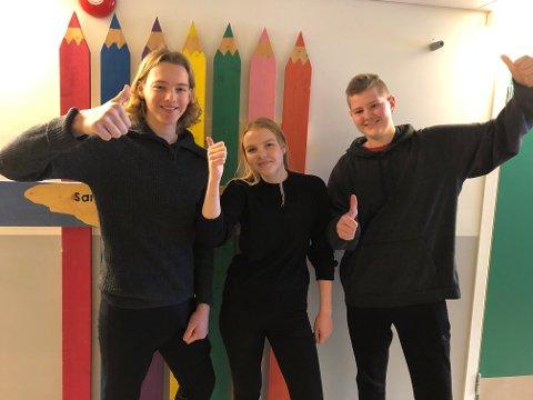 TOMMEL OPP: Sandnessjøen ungdomsskole jubler for 12 av 12 rette under KLassequizen. Fra venstre: Oliver Holmvik, Eline Lie og Arne Rønning.