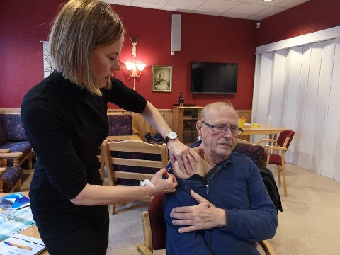 ET STIKK:  Harald Syvertsen fra Mosjøen valgte å ta årets vaksine for å være på den sikre siden. og ledende helsesøster, Lillian Thorvaldsen stikker mer enn gjerne.