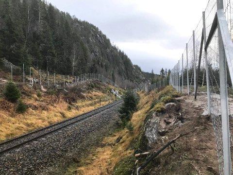 GJERDE: Nå er det reingjerde hele veien fra Mosjøen til jernbanebrua på Kvalfors, selv om det gjenstår litt arbeid før alt er 100 % klart på strekningen.