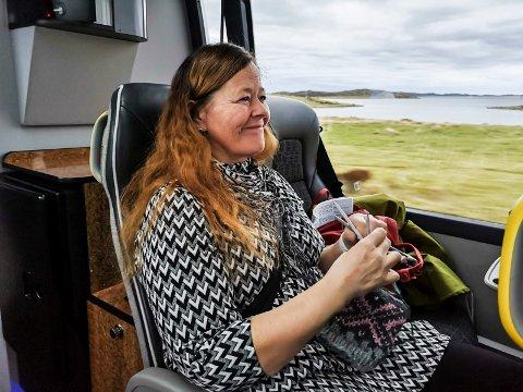 TIDSFORDRIV:  Solveig Nilsen med strikketøyet langs vakre Helgeland på vei til sykehuset på MO