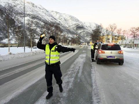 Vinket ut: Magnus Solfjeld og Mathias Sandstrak sto for promillekontrollen i Vefsnveien i Mosjøen lørdag formiddag.  Foto: Stine Skipnes