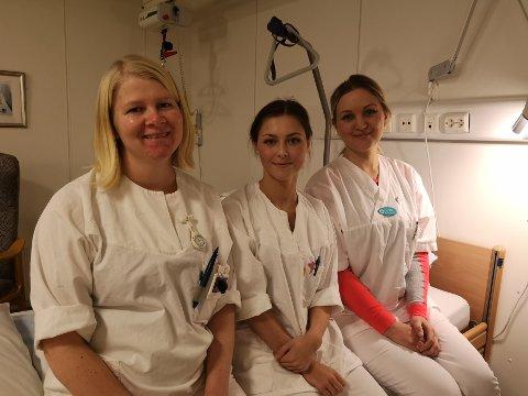 KREVENDE REISER: Liv Berit Nikolaisen (foran fra venstre), sykepleier, Natalie Luther, pleieassistent og Linda Hestmark, hjelpepleier. De er alle bekymret for de eldre som må legge ut på lange og strevsomme reiser når de skal på sykehuset.