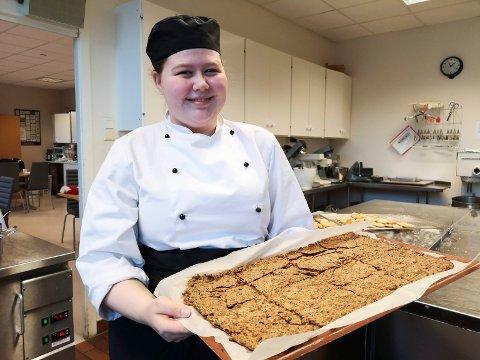 SMÅKAKER: Sofie Moe Klausmark med et brett nysteikte brune pinner rett ut avovnen.