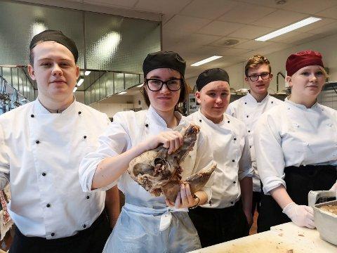 JULESYLTE:  Skal man bli kokk, må man venne seg til at mye av maten kommer fra dyrene - slik også med hodesylte. Fra venstre: Adrian  Buhaug Johansen, Anne Ålbotsjord, Michael André S.  Tustervatn, Eirik Lund og Anna- Louise Telnes.