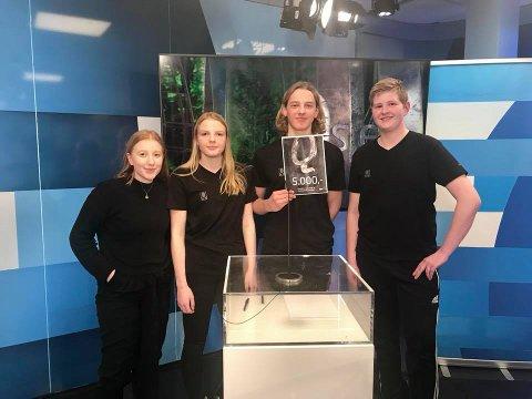 Seier: F.v. Julie Arstad (reserve på laget), Eline Lie, Oliver Holmvik og Arne Rønning fra Sandnessjøen ungdomsskole vant onsdagens fylkesfinale.