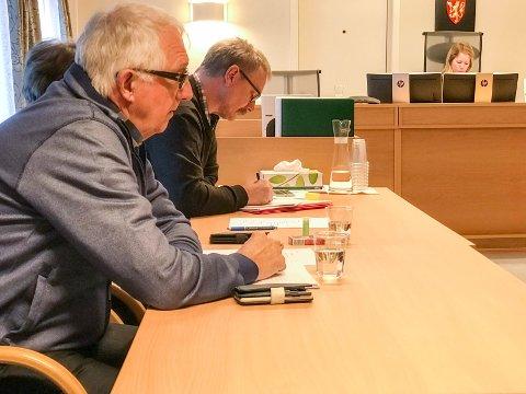 Jostein Arntsen i Contractor Bygg (lengst vekk) og Entrepretors styreleder Kåre Johan Åsli vitnet begge i rettssaken mot Herøy kommune.