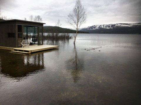 Flom på unkervatn: Hytta til Ketil Ingebrigtsen fra Brønnøysund har vann på ringmuren. Vårløsninga er en måned tidligere enn i fjor, og det toppet seg natt til 17. mai. Foto: privat