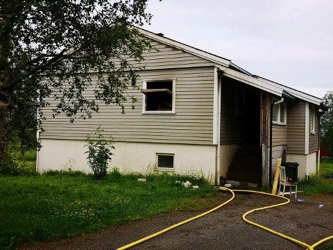 BRANNSKADER: Huset i Leirfjordveien er ubeboelig etter brannen søndag kveld.