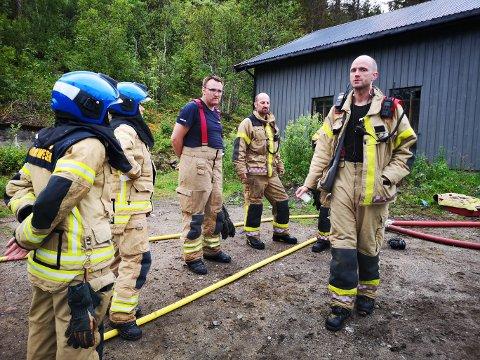 UTRYKNING: Innsatsleder Vegard Karlsen (t.h.) sammen med noen av innsatsstyrken.