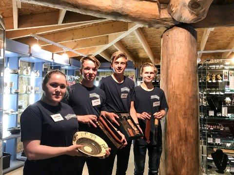 Butikkmedarbeiderne Elsa-Marja Kappfjell, Jonathan Helguera, Nicolai Engstrøm og Jonas Myrabakk viser fram ulike produkter som har blitt populære hos lokalbefolkningen.