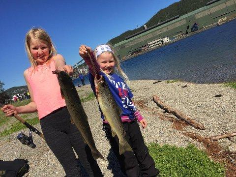 Fisk: F.v.: Victoria og Lisa Dalen på Barnas fiskefestival.