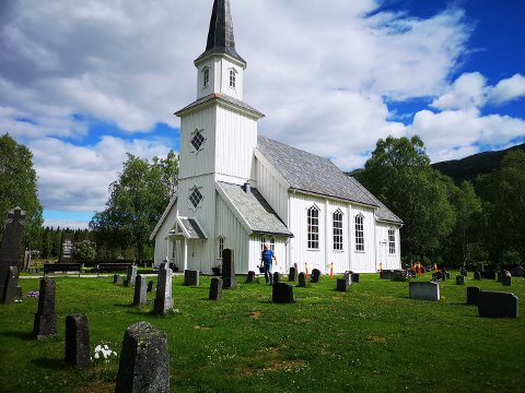 Grane Kirke: Den gamle kirka sto ferdig i 1858, men ble innvilet først i 1860. Den har plass til 230 mennesker og er en tradisjonell langkirke , bygd i tømmer.