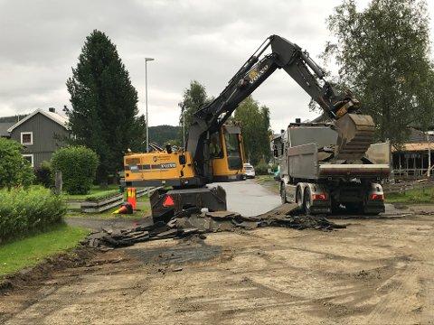 Torsdag startet arbeidet med å rive opp asfalten i Storgata på Olderskog