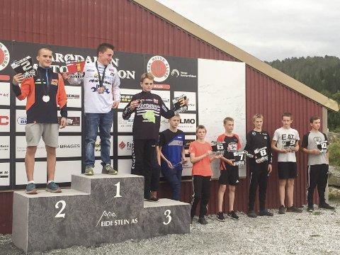 PALLEN: I finalen i Midt-Norsk mesterskap i motocross kunne Odin Ivarrud (t.v.) fra Mosjøen motorsportklubb klatre opp på pallen. Han ble nummer to sammenlagt.