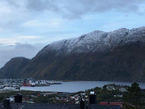 VINTERLIG: Mandag morgen var Øyfjellet kledt i hvitt til et godt stykke ned i lia.