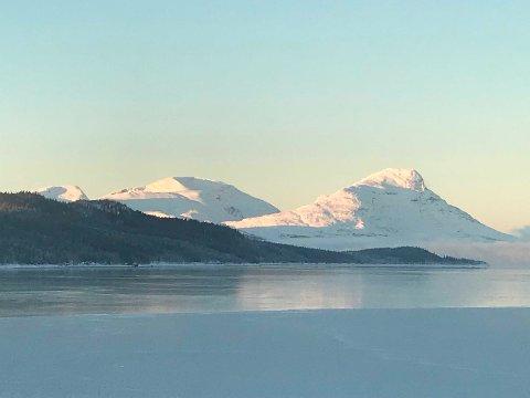 Aahkansnjurhtjie - Kjerringtinden er et symbolfjell for indre Helgeland. Det er hellig.