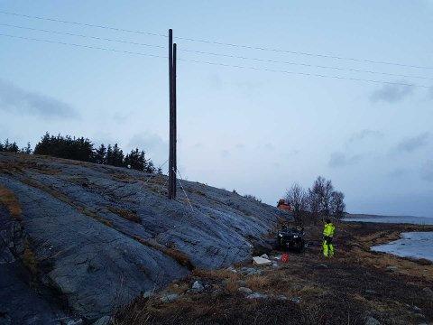 Arbeid med ny stolpe på Hamnøya i forbindelse med legging av ny sjøkabel i området.