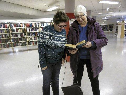 God bok: Bibliotekar Ingunn Aasland og frivillig May Nikolaisen stiller opp til høytlesning for voksne ved Vefsn bibliotek lørdag. Foto: Stine Skipnes