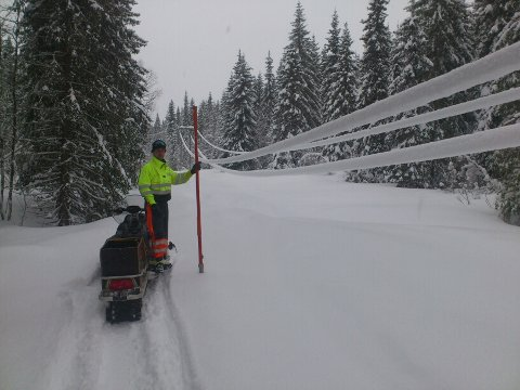Her er strømmen koblet ifra mens montør Arne Haugen banker av snøen.