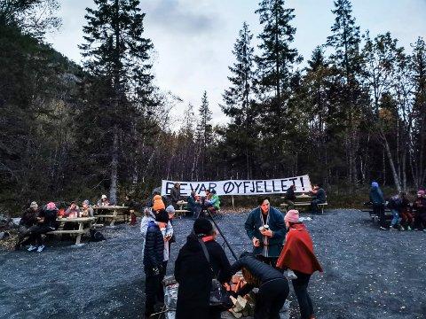 BEVAR ØYFJELLET: Gruppen Bevar Øyfjellet arrangerte vardebrenning mot vindkraft. 50 personer møtte.
