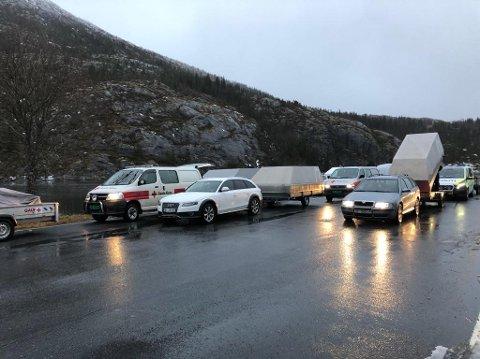 KLARGJORDE: Torsdag formiddag var ambulansefolk, politi og Røde Kors på plass i Leirvika i Leirfjord. Formålet var å klargjøre for å kjøre til Hansfinnvatnet for å hente hjem folk fra anlegget.