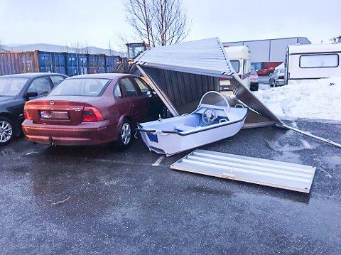 Vinden herjinger gjorde at en container med en båt i traff en kundebil utenfor NAF senter på Øya i Mosjøen.