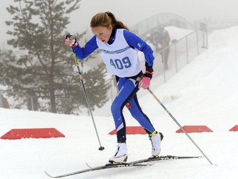 PREMIERT: Elise Bredesen Øvereng ble premiert begge dagene under Ungdommens Holmenkollrenn for 13- og 14-åringer. Seks løpere fra Vefsn var med  i Holmenkollen i helga.