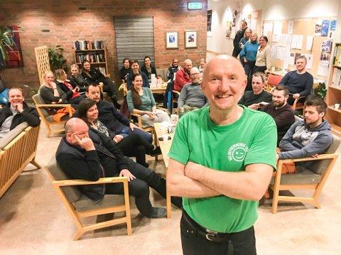 """FOREDRAG: Knut Berntsen fra prosjektet """"Helsefremmende skoler i Nordland"""" holdt et engasjert foredrag for omkring 40 foreldre (ikke alle er med på bildet) på Kulstad skole mandag kveld."""