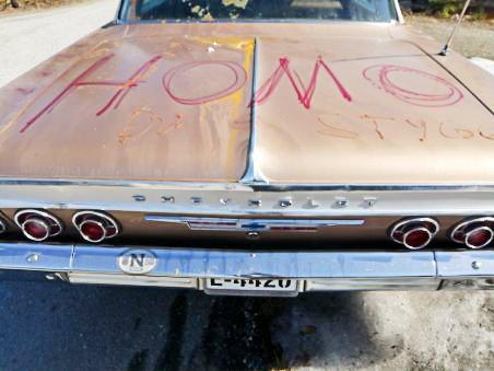 """Skjellsord: Synderne hadde skrevet ord som """"homo"""" og """"kuk"""" med ketchup og sennep på Elevetuns bil."""