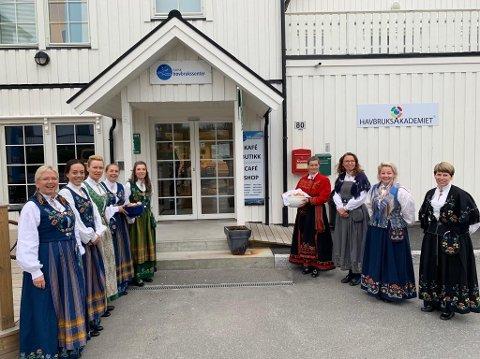 KLAR MELDING: Bunadskledde kvinner tok imot styremedlemmene som kom til Norsk Havbrukssenter i Brønnøysund tirsdag morgen. Fødetilbudet er et av temaene som står på dagsorden.