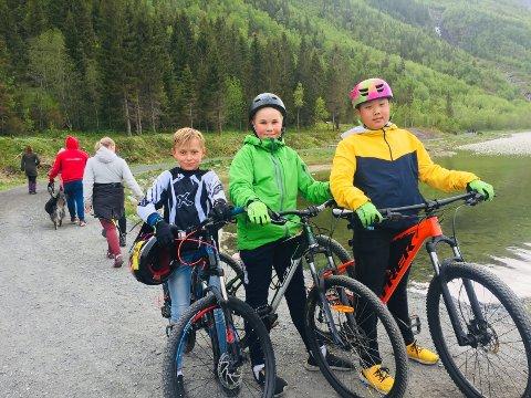 Sommertrim: Nickolai Sjåmo Johannessen (11) , Lukas Bjørknes Kjøningsen (12) og Einar Johan Falch Hanssen (12) tok turen til Marsøra mandag.