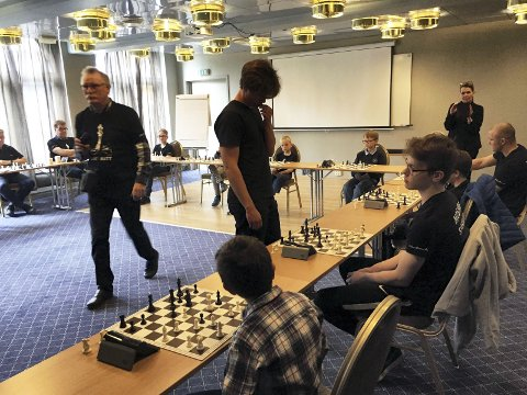 Simultansjakk: NNM i sjakk arrangeres i Mosjøen 30. mai til 2. juni. I formiddag spilte regjerende nordnorsk mester Benjamin Arvola Notkevich mot tolv spillere samtidig. Foto: Stine Skipnes