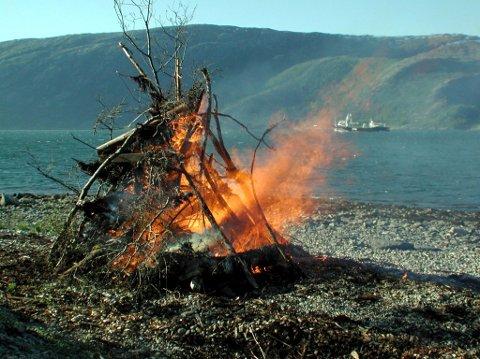 Flammer i fjæra: St. Hansaften er den store dagen for bålbrenning over det ganske land. Her fra Digermulen i Vefsn.