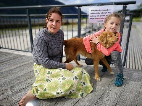 BYSTRANDA: Astrid Garnes, datterea Wilma og hunden Daisy hadde sett fram tiil en vassedag på stranda.
