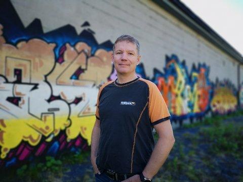 TUNDRASJEFEN: Viggo Gjendahl, daglig leder ved Tundra Sol, må kikke ekstra godt på veggkunsten, for over fellesferien skal bygget isoleres, og da blir det lagt plater over hele kunstverket.