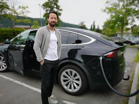 LADER: Utenfor Fru Haugans Hotel står Tesla-laderne på rekke og rad. Og nå tar Knut Magnus Aasli en ladepause på vei fra Bærum til Lofoten.