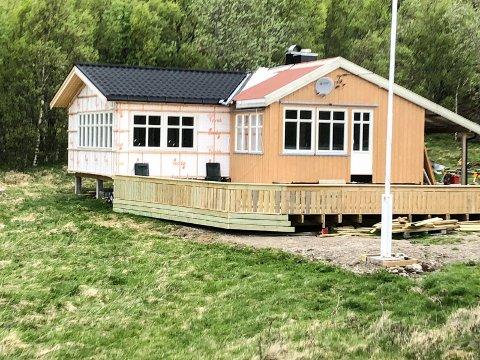 MÅ RIVE: Odd Gunnar Ellingsen må rive tilbygget (t.v.) han har satt opp på hytta, fordi tilbygget ligger nærmere enn fire meter til grensen til naboeiendommen.