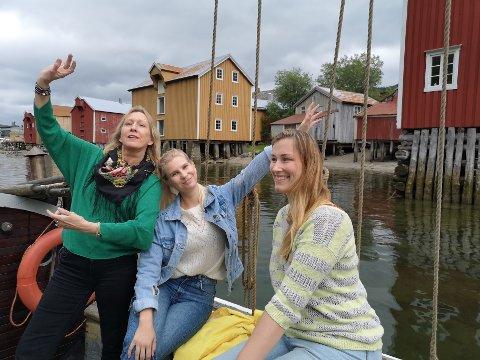 """VEFSNA: """"Sinsitnine"""" er klar  for publikum i dag. Fra venstre: Regissør Ada Einmo, Galleria-leder, Annika Hoggard og Katrine Remmen Wiken, formidlingsleder ved Helgeland Museum. Dette er et samarbeidsprosjekt med Galleria, Festspillene på Helgeland, Naturlige Helgeland og Fru Haugans Hotel."""