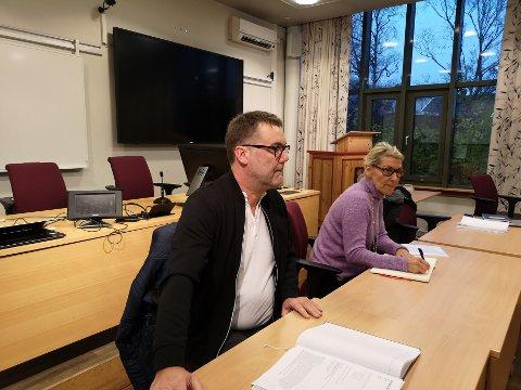 Knut Roar Johnsen er en av søkerne på direktørstillingen. Her sammen med administrerende direktør Hulda Gunnlaugsdottir.