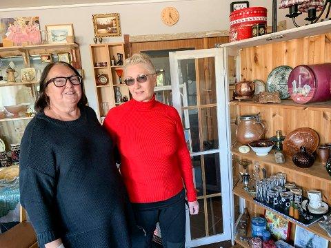 Evy Olsen Bjelland (t.v.) og kunde Else Staurset i forbindelse med åpning av bruktbutikken sist helg.