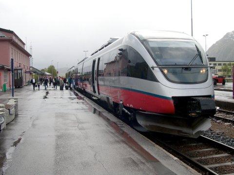 Arbeid: Ved Mosjøen stasjon skal pukken få et løft samtidig som det byttes sviller i sørenden av stasjonen.